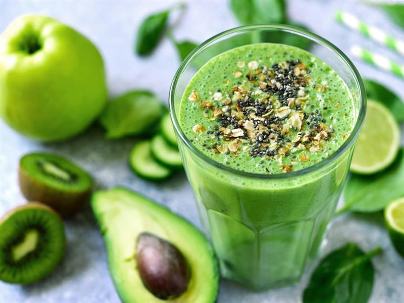 Smoothie stimolante di kiwi e avocado