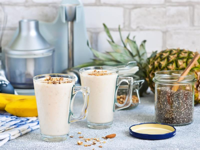 Smoothie con yogurt vegano, chia e frutta